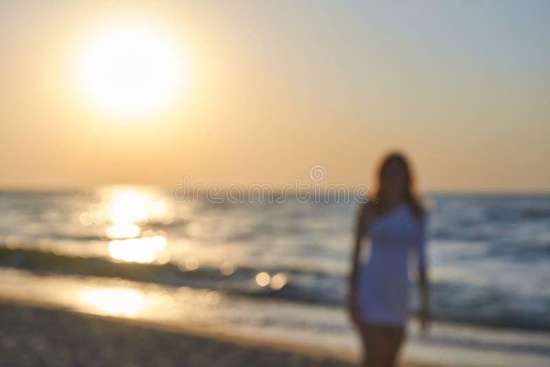 Θολωμένη νέα γυναίκα στο μαγιό και τα μαύρα γυαλιά ηλίου που απομονώνονται στο υπόβαθρο θάλασσας Όμορφο κορίτσι στοκ φωτογραφία με δικαίωμα ελεύθερης χρήσης