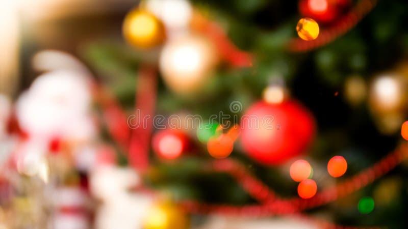 Θολωμένη περίληψη εικόνα κινηματογραφήσεων σε πρώτο πλάνο των ζωηρόχρωμων μπιχλιμπιδιών που κρεμούν στο χριστουγεννιάτικο δέντρο στοκ φωτογραφία με δικαίωμα ελεύθερης χρήσης