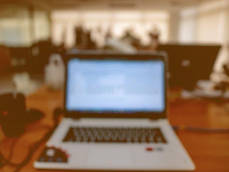 Θολωμένη περίληψη φωτογραφία του lap-top στο γραφείο στοκ φωτογραφία με δικαίωμα ελεύθερης χρήσης