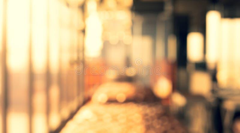 Θολωμένος αφηρημένος ελαφρύς χρυσός τοίχος γυαλιού από την οικοδόμηση του δωματίου στοκ εικόνα
