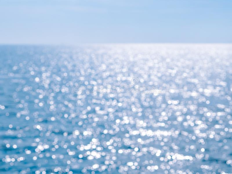 Θολωμένος μπλε υπόβαθρο και μπλε ουρανός και bokeh θάλασσα Οι αφηρημένοι μπλε κύκλοι bokeh από το υπόβαθρο φύσης, στοκ φωτογραφία