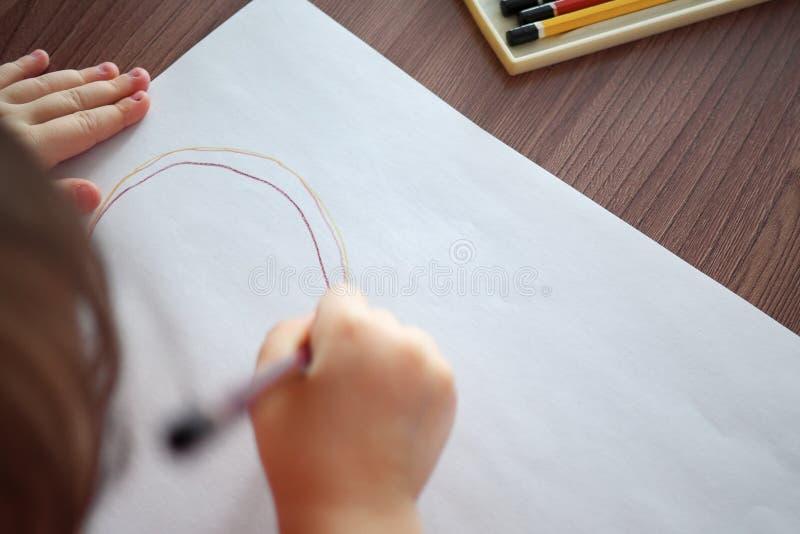 Θολωμένος του παιδιού σύρει με τα μολύβια στοκ εικόνες