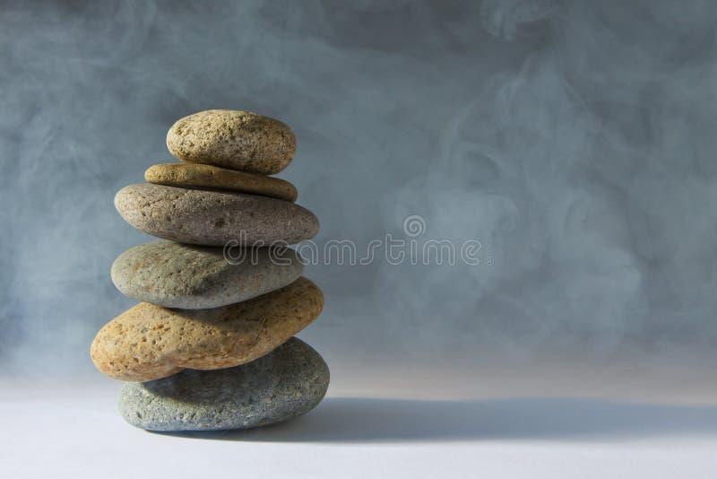 θολωμένο άσπρο zen πετρών στοκ φωτογραφία