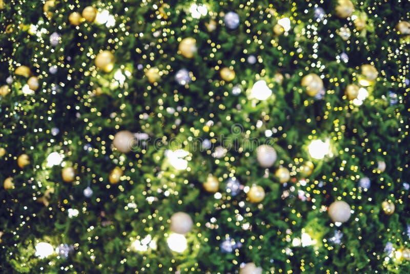 Θολωμένο περίληψη υπόβαθρο του χριστουγεννιάτικου δέντρου με το φως bokeh στοκ εικόνες
