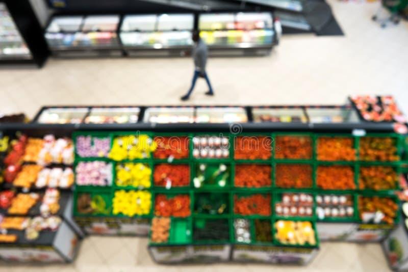 Θολωμένο υπόβαθρο μιας υπεραγοράς στο τμήμα φρούτων και λαχανικών στοκ εικόνα