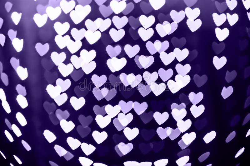Θολωμένο bokeh μορφή υπόβαθρο καρδιών με τα σπινθηρίσματα Υπεριώδης ακτίνα στοκ εικόνες