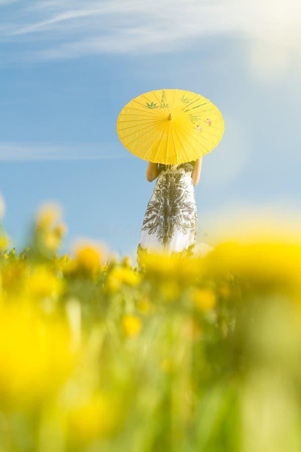 θολωμένο parasol κοριτσιών στοκ εικόνες