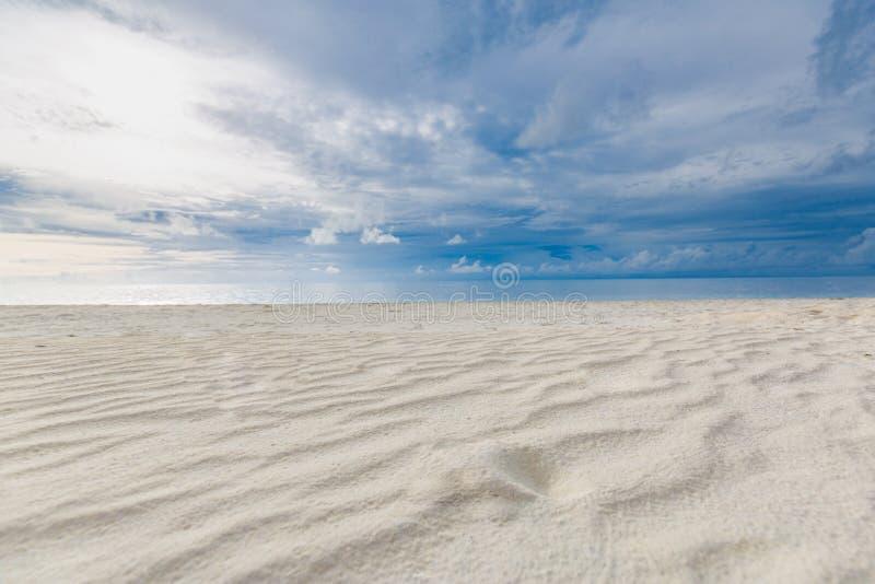 Θολό τροπικό τοπίο Προβολή παραλίας με άμμο και θάλασσα κάτω από τον ερχομένο ουρανό στοκ φωτογραφίες