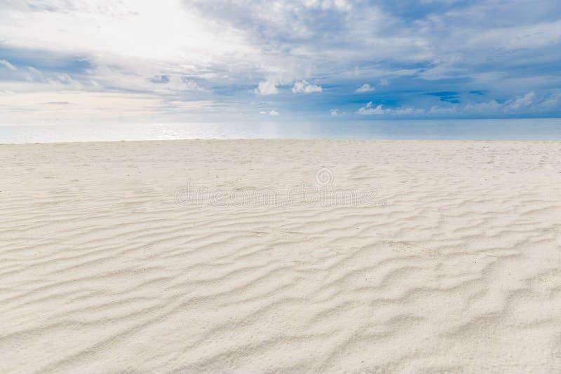 Θολό τροπικό τοπίο Προβολή παραλίας με άμμο και θάλασσα κάτω από τον ερχομένο ουρανό στοκ φωτογραφία με δικαίωμα ελεύθερης χρήσης