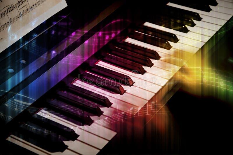 Θολωμένα χέρια σε ένα πιάνο στοκ εικόνες