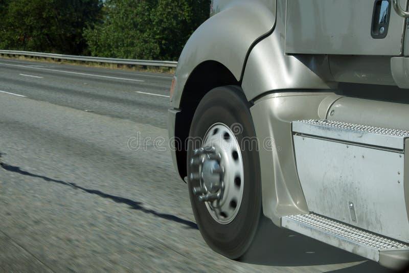 Θολωμένες ρόδες του φορτηγού στοκ εικόνες