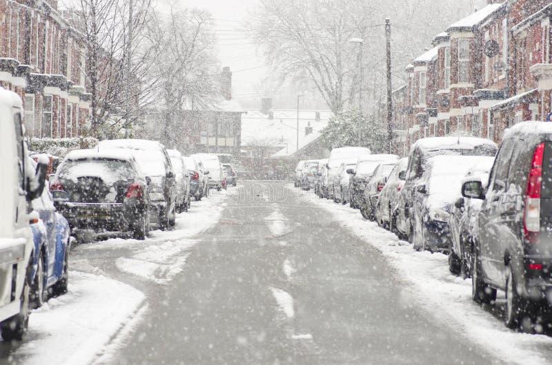 Θολωμένη έξω οδός στο Μάντσεστερ Αγγλία η χειμερινή θύελλα, causi στοκ εικόνες