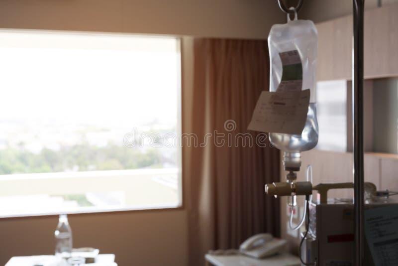 Θολωμένη εικόνα, έγχυση IV αλατούχο δωμάτιο ασθενών λύσης σταλαγματιάς στοκ φωτογραφία με δικαίωμα ελεύθερης χρήσης