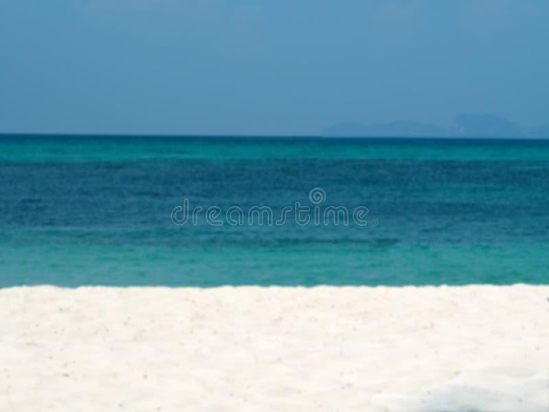 Θολωμένη περίληψη υπόβαθρο θερινών στο ωκεάνιο παραλιών διακοπών Σαφής μπλε ουρανός στοκ εικόνες