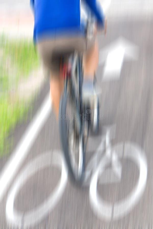 Θολωμένος αναβάτης ποδηλάτων στην κίνηση στοκ εικόνα