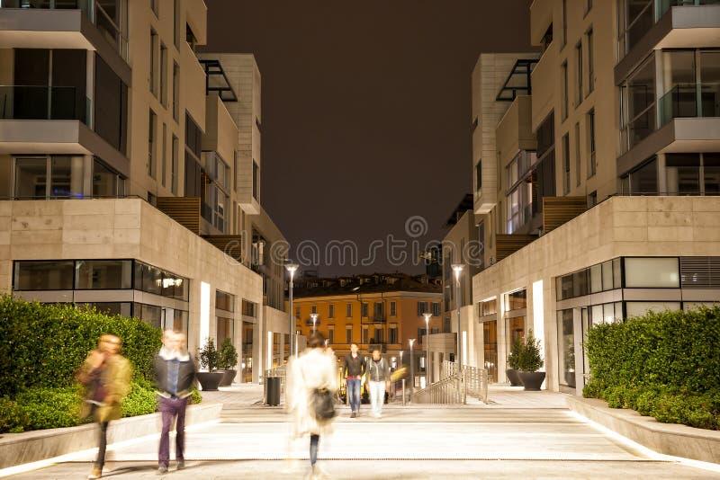 Θολωμένος πεζός στην πόλη τη νύχτα, επίδραση ζουμ, blu κινήσεων στοκ εικόνα με δικαίωμα ελεύθερης χρήσης