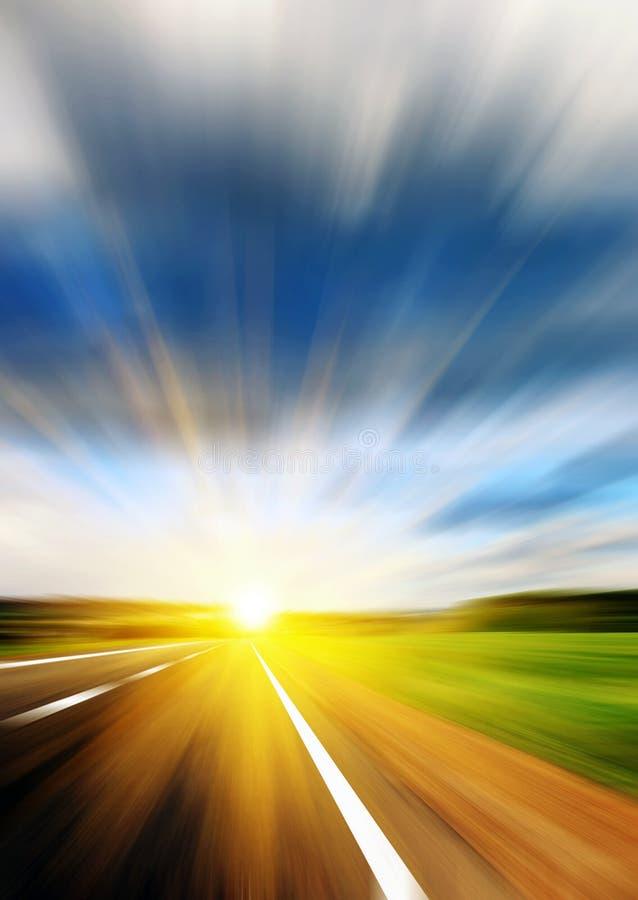 Θολωμένος δρόμος και μπλε θολωμένος ουρανός στοκ εικόνα