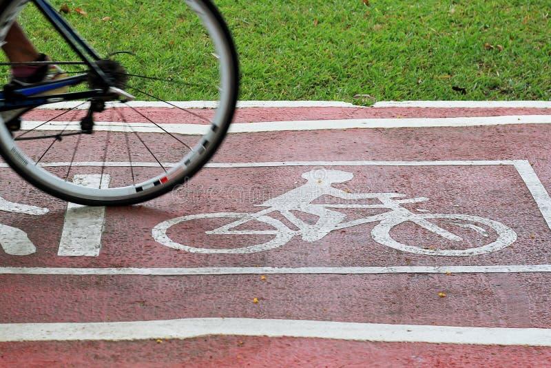 Θολωμένο οδηγώντας ποδήλατο ποδηλατών στοκ φωτογραφίες με δικαίωμα ελεύθερης χρήσης