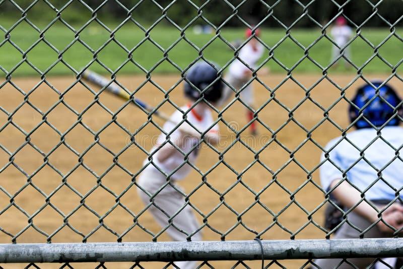 Θολωμένο παιχνίδι μπέιζ-μπώλ μέσω Backstop στοκ φωτογραφία με δικαίωμα ελεύθερης χρήσης