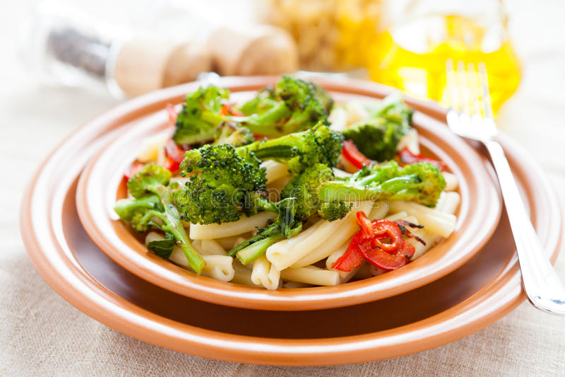 Θρεπτικά ζυμαρικά με τα ψημένα λαχανικά στοκ φωτογραφίες