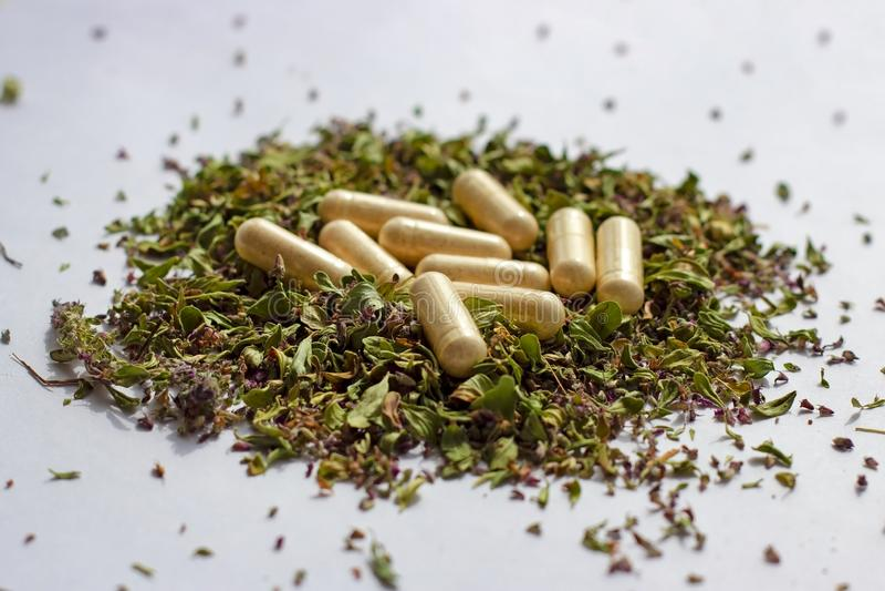 Θρεπτικές χάπια και κάψες συμπληρωμάτων στο ξηρό υπόβαθρο χορταριών Εναλλακτικές βοτανικές ιατρική, naturopathy και ομοιοπαθητική στοκ φωτογραφία