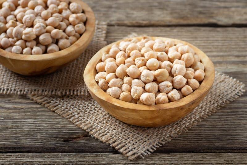 Θρεπτικός-πυκνά τρόφιμα - ακατέργαστα chickpeas σιτάρια στο κύπελλο στοκ εικόνα