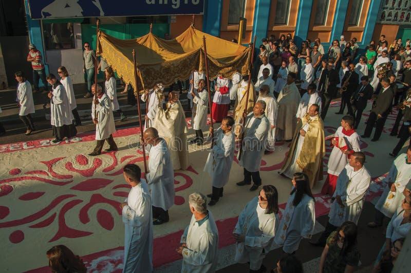 Θρησκευτική πομπή στο ζωηρόχρωμο τάπητα άμμου στην ιερή εβδομάδα στοκ φωτογραφία