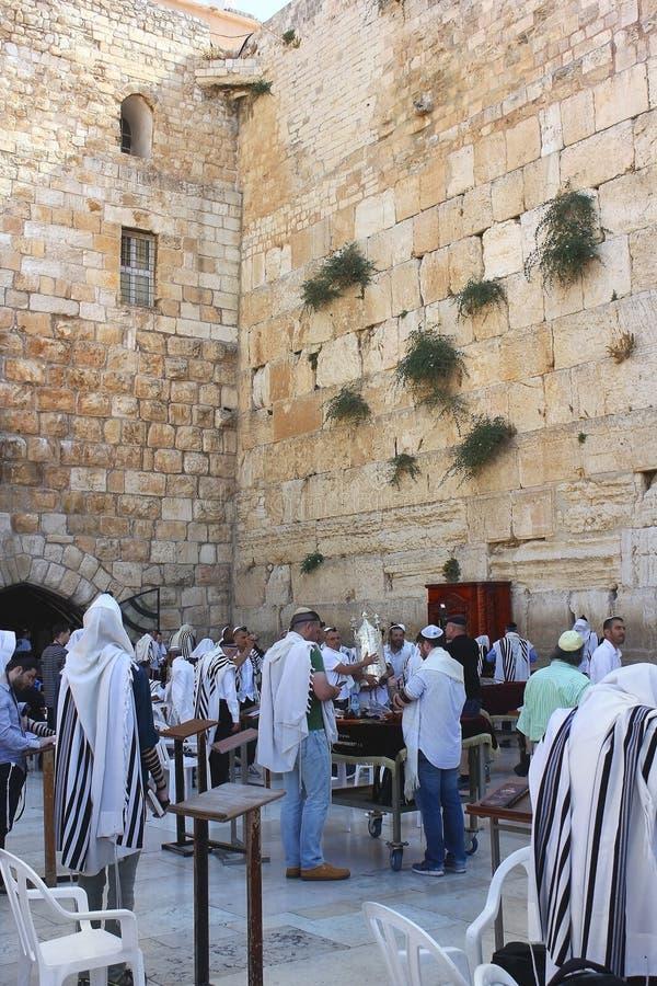 Θρησκευτικοί Εβραίοι, που προσεύχονται στον τοίχο Wailing στην Ιερουσαλήμ στοκ εικόνα