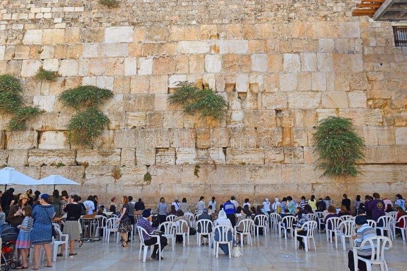 Θρησκευτικοί Εβραίοι, που προσεύχονται στον τοίχο Wailing, τομέας των γυναικών, Ιερουσαλήμ στοκ εικόνες