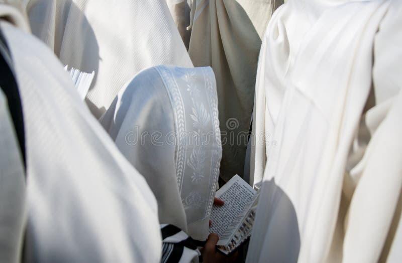 Θρησκευτικό βιβλίο Mahzor φυσήγματος shofar έτος rosh αγοριών hashanah εβραϊκό νέο Ρεπορτάζ Ουκρανία στοκ φωτογραφία με δικαίωμα ελεύθερης χρήσης