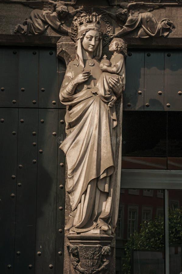 Θρησκευτικό διακοσμητικό άγαλμα της ιερών κυρίας και του παιδιού στη Μπρυζ στοκ φωτογραφίες