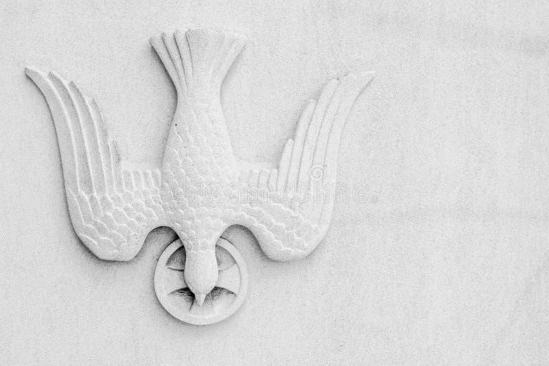 Θρησκευτικό σύμβολο Pentacost περιστεριών στο άσπρο υπόβαθρο στοκ εικόνες
