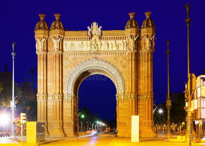 Θριαμβευτική αψίδα στη θερινή νύχτα Βαρκελώνη στοκ φωτογραφίες