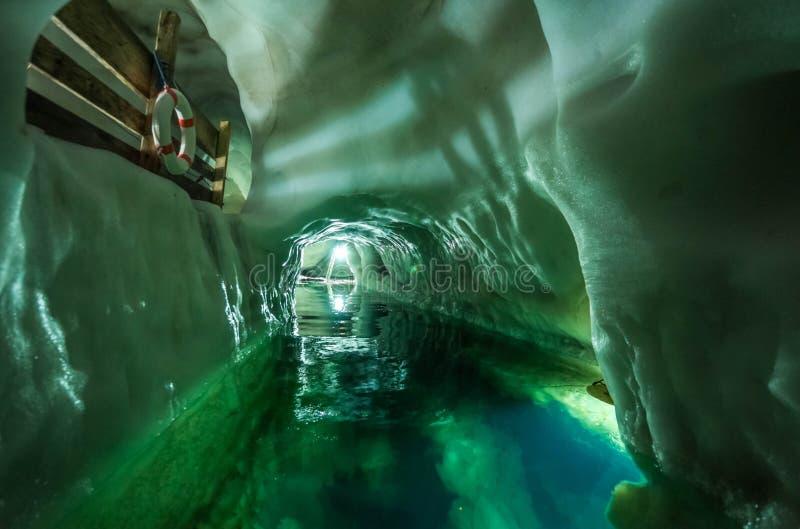 Θρυλική σπηλιά πάγου στην κορυφή του παγετώνα Hintertuxer στην Αυστρία, φυσικό παλάτι πάγου στοκ εικόνες