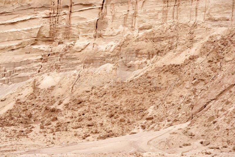 Θρυμματιμένος τοίχος άμμου στις ρωγμές στο λατομείο άμμου Σύσταση κινηματογραφήσεων σε πρώτο πλάνο της άμμου στο λατομείο άμμου στοκ φωτογραφίες