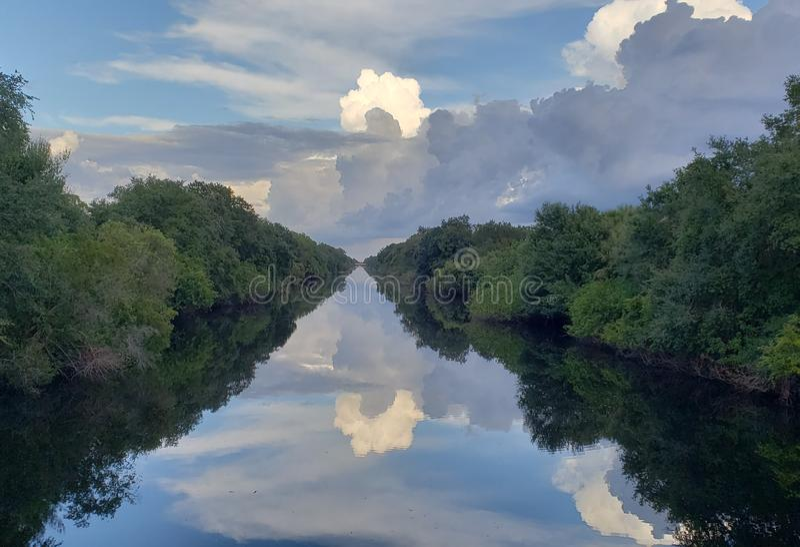 Θυελλώδεις αντανακλάσεις σύννεφων στοκ εικόνες με δικαίωμα ελεύθερης χρήσης