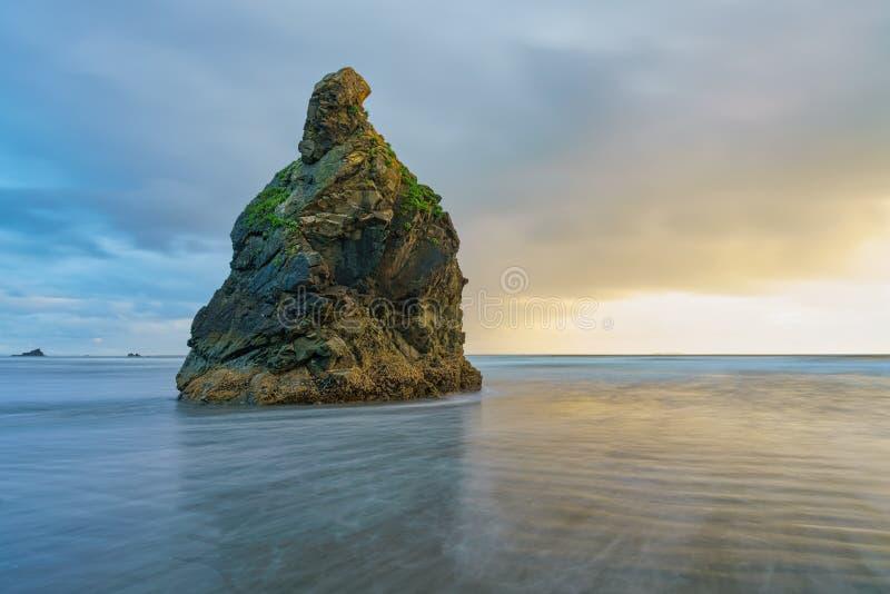 Θυελλώδες ηλιοβασίλεμα στη ροδοκόκκινη παραλία στοκ φωτογραφίες με δικαίωμα ελεύθερης χρήσης
