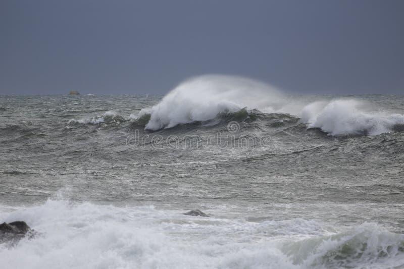 Θυελλώδες κύμα θάλασσας με τον ψεκασμό στοκ εικόνα με δικαίωμα ελεύθερης χρήσης