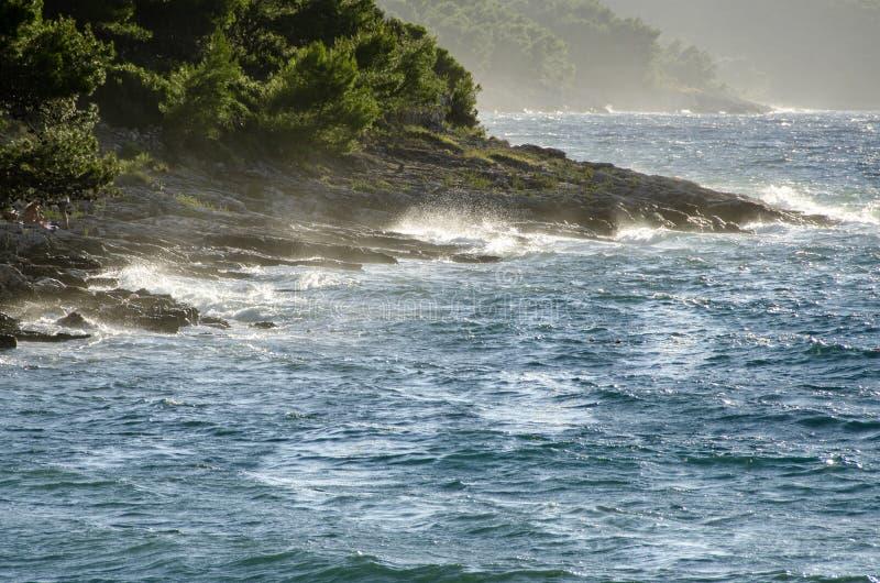 Θυελλώδης δύσκολη ακτή της Μεσογείου στην Κροατία στοκ φωτογραφίες