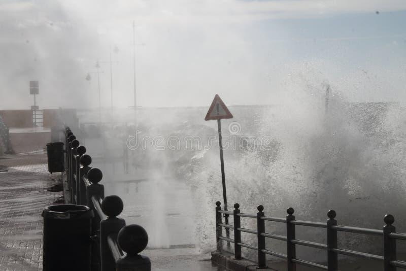 Θυελλώδης θάλασσα στη Γένοβα Pegli: η δύναμη της θάλασσας στοκ εικόνες