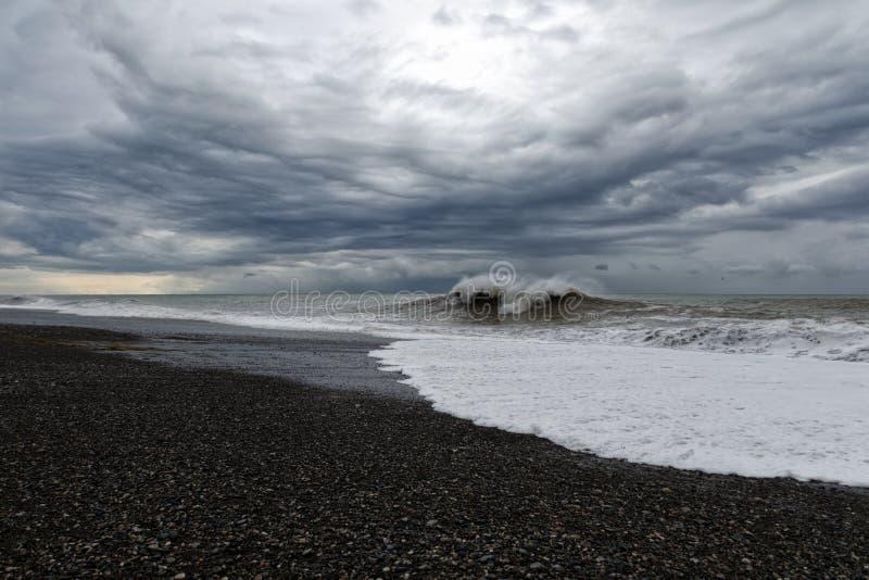 Θυελλώδης καιρός - γκρίζος ουρανός με τα βαριά σκοτεινά σύννεφα πέρα από την οργιμένος θάλασσα στοκ εικόνες
