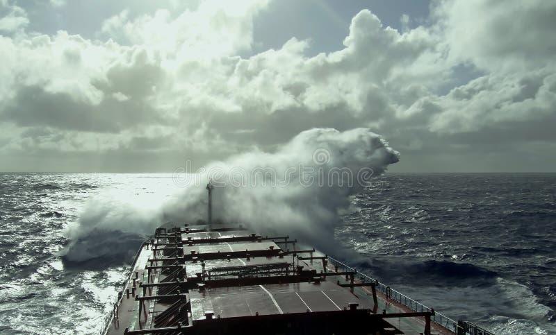 Θυελλώδης καιρός στη μετακίνηση Ειρηνικών Ωκεανών, σκαφών και κυμάτων στοκ φωτογραφία με δικαίωμα ελεύθερης χρήσης