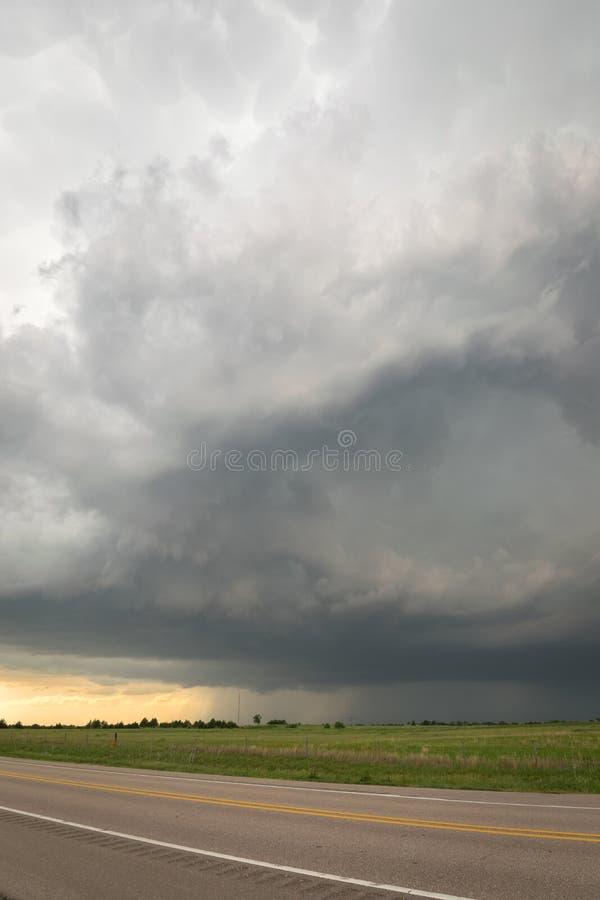 Θυελλώδης ουρανός πέρα από το δρόμο Αυστηρή προειδοποιημένη καταιγίδα πέρα από τις πεδιάδες της Νεμπράσκας στοκ εικόνα
