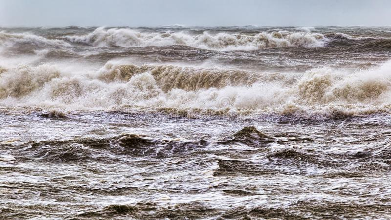 Θυελλώδης χειμερινή θάλασσα με τα υψηλούς κύματα και τον αέρα στοκ εικόνα με δικαίωμα ελεύθερης χρήσης