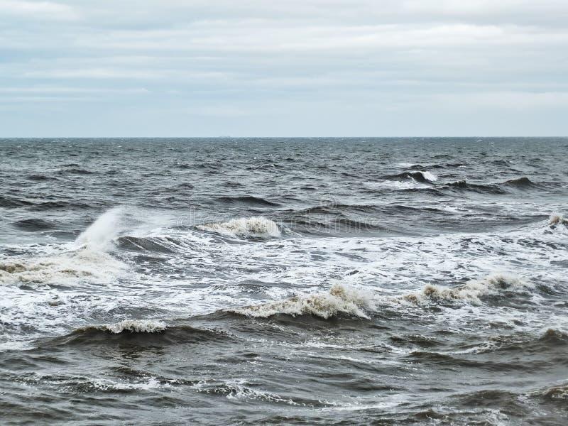 Θυελλώδη κύματα του χειμερινού Ατλαντικού Ωκεανού το χειμώνα με το χλωμό ουρανό στοκ φωτογραφία με δικαίωμα ελεύθερης χρήσης