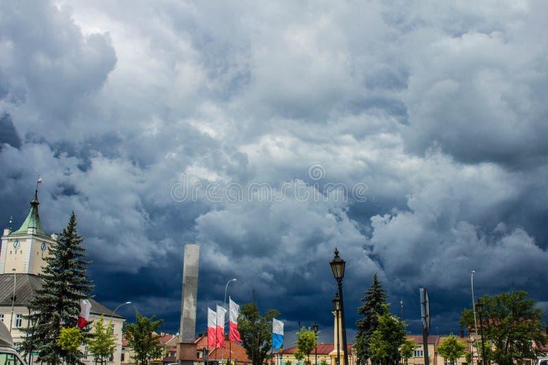 Θυελλώδη σύννεφα πέρα από την πόλη όμορφη εικονική παράσταση & Υπόβαθρο στοκ φωτογραφία με δικαίωμα ελεύθερης χρήσης