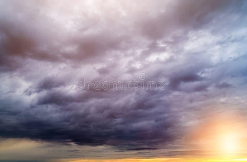 Θυελλώδη σύννεφα στο ηλιοβασίλεμα στοκ φωτογραφία