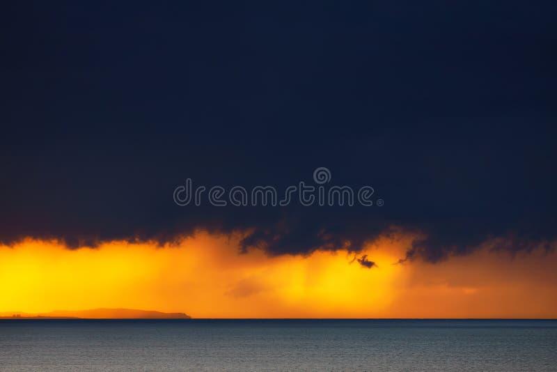 Θυελλώδες ηλιοβασίλεμα πέρα από τη θάλασσα στοκ εικόνες