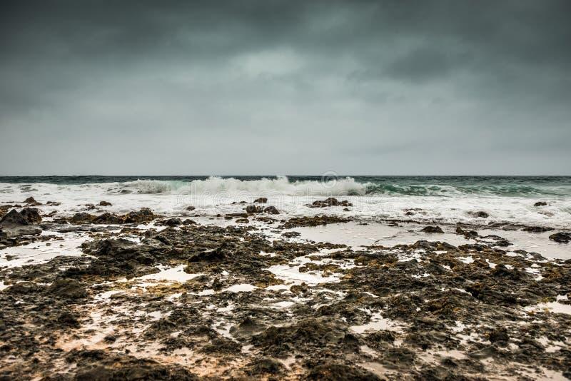 Θυελλώδης θάλασσα με τα foamy κύματα και γκρίζος ουρανός σε Lanzarote στοκ φωτογραφία με δικαίωμα ελεύθερης χρήσης