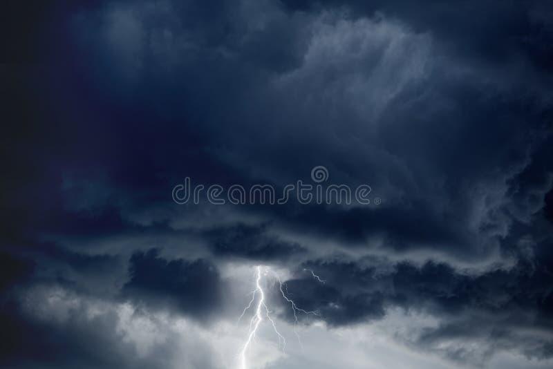 Θυελλώδης ουρανός, αστραπή στοκ εικόνες
